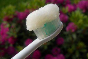 lhuile-de-coco-est-mieux-que-nimporte-quel-dentifrice